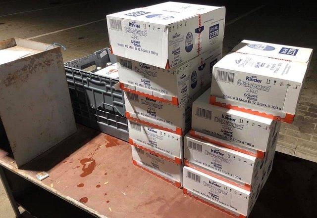 Попадос!: В Закарпатье на границе таможенники конфисковали колбасу, вино и Kinder Maxi