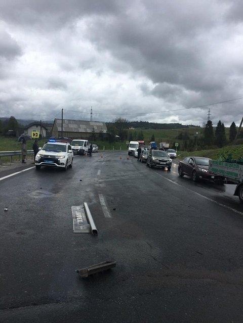 Прицеп фуры снес микроавтобус, пострадало 8 человек