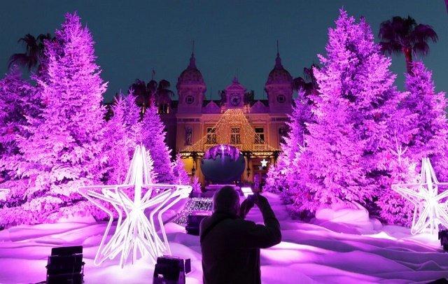 """Фантастические рождественские елки у входа в казино """"Монте-Карло"""" в Монако."""