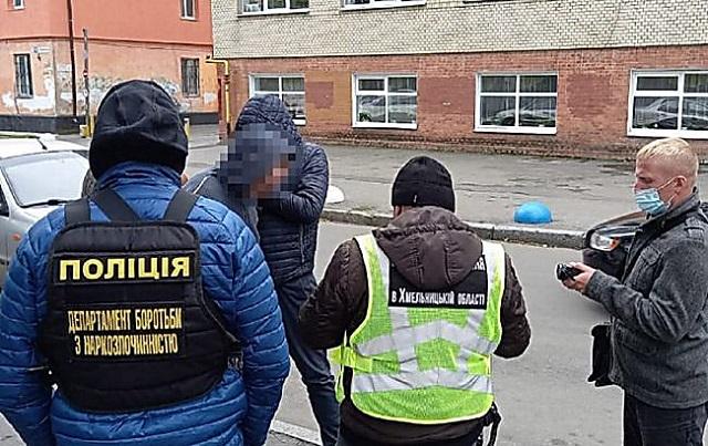 В Хмельницком полицейские задержали педагога, который занимался сбытом амфетамина.