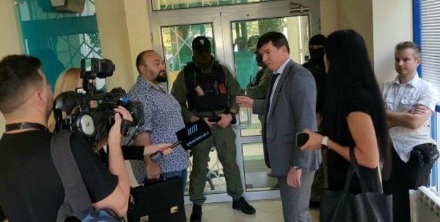 Правоохранители проводят обыски в офисе Международного инвестиционного банка Порошенко