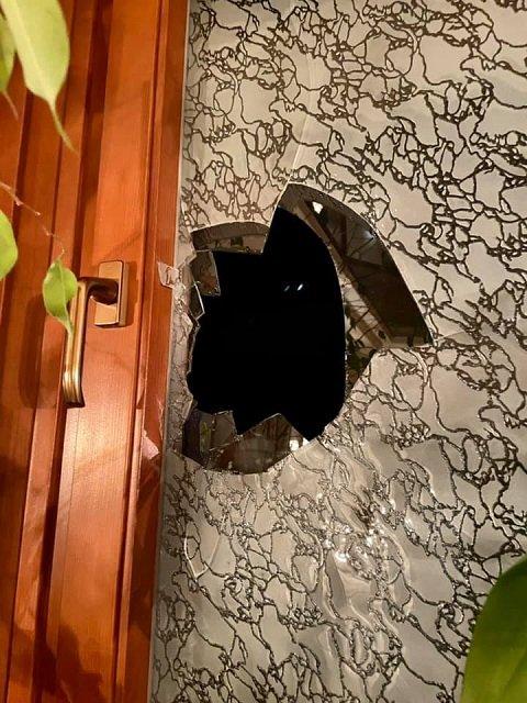 В областном центре Закарпатья дом депутата ОПЗЖ забросали кирпичами
