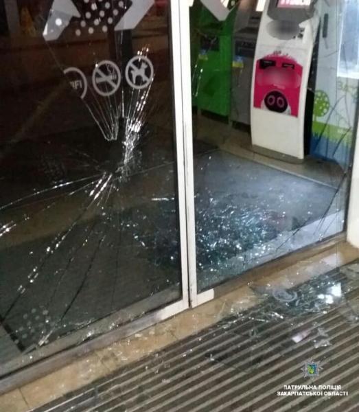 В Закарпатье задержали странного парня, который разбил стеклянные двери супермаркета ногой