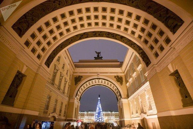 На Дворцовой площади в Санкт-Петербурге устанавливают искусственную ель.