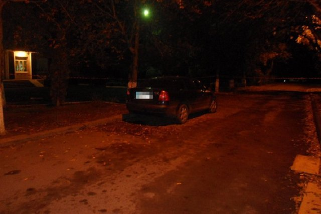 В Ужгороде неизвестный прикрепил к чужому авто подозрительный предмет