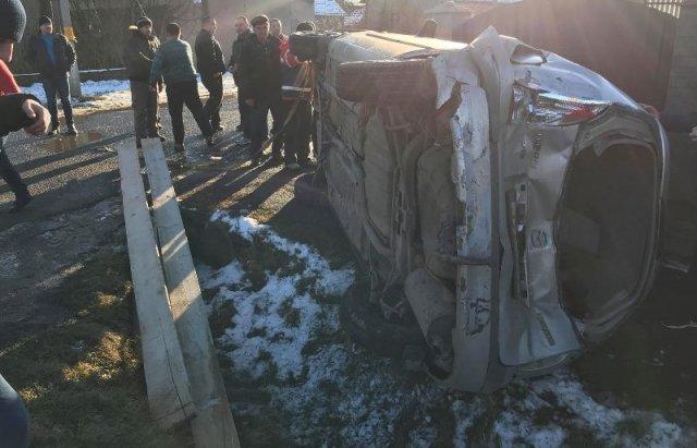 """""""Mazda"""" столкнувшись с """"VW"""" влетела в забор и перевернулась"""
