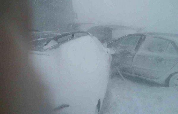 На дорогах Словакии из-за снегопада столкнулись десятки авто