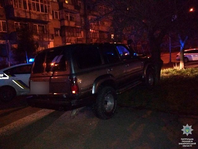 В Ужгороде пяный водила едва не наехал на полицейского и авто патрульных