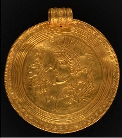 В Дании мужчина случайно наткнулся на крупнейший клад с золотом