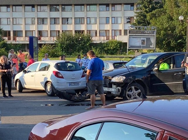 Тройное ДТП в Закарпатье: Пьяный на Мерседесе влетел в коммунальный автобус и 2 легковушки