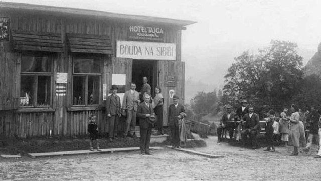 Туристический буфет «Bouda na Sibiři» («Будка в Сибири») на Ужоцком перевале, конец 1920-ых годов