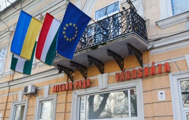 Прапори України, Угорщини та ЄС в Берегово, центрі угорської громади в Закарпатті