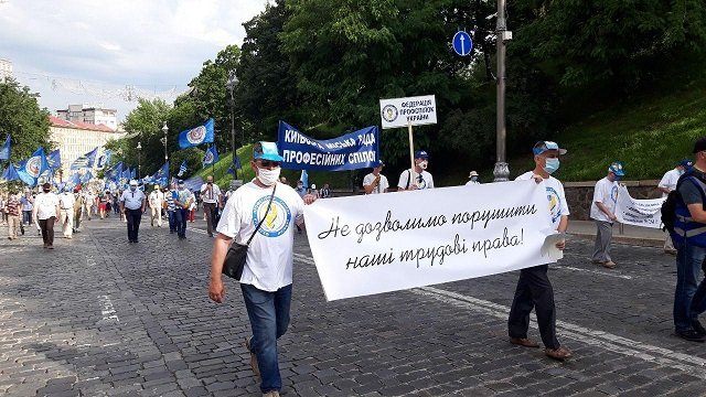 В Киеве профсоюзы устроили масштабную акцию протеста под Радой