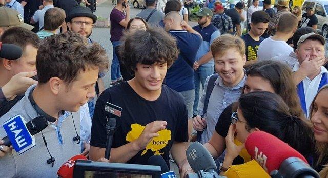Под зданием ГБР Порошенко поддерживала «тяжелая артиллерия» - его младшие дети