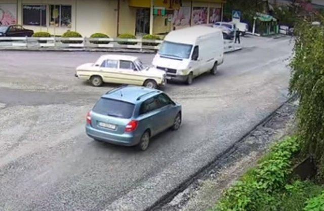 Авария в Закарпатье: Микроавтобус на полном ходу влетел в ВАЗ