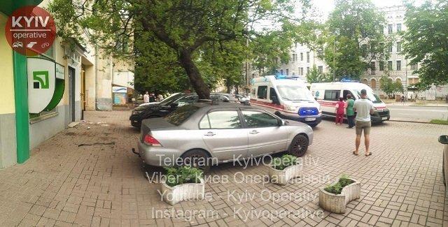 Жуткая трагедия: В Киеве самоубийца выпрыгнула из окна вместе с ребенком