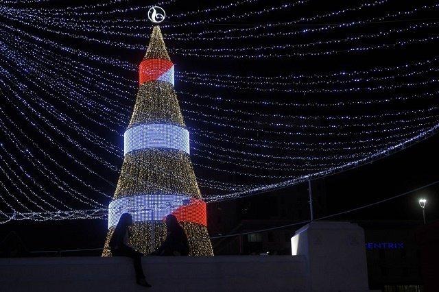 Высокотехнологичная рождественская ель на площади Сан-Сальвадора.
