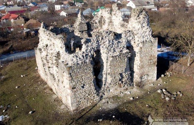 Замок у селищі Середнє на Закарпатті є єдиним замком тамплієрів в Україні.
