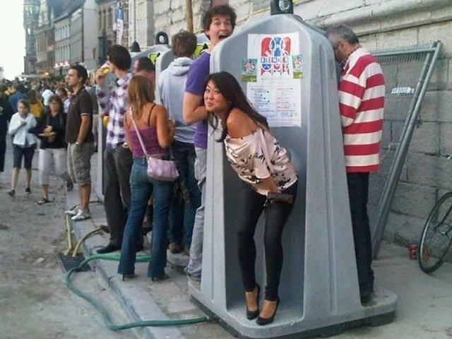 В Ужгороде по вечерам тысячи жителей и туристов мечтают о .. туалетах!