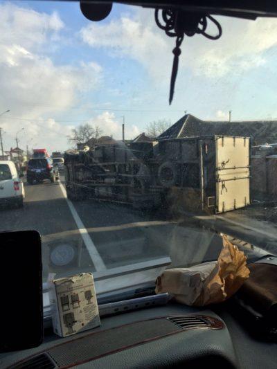 Тройное ДТП возле Мукачев: На трассе царит дурдом, половину дороги заблокировал грузовик