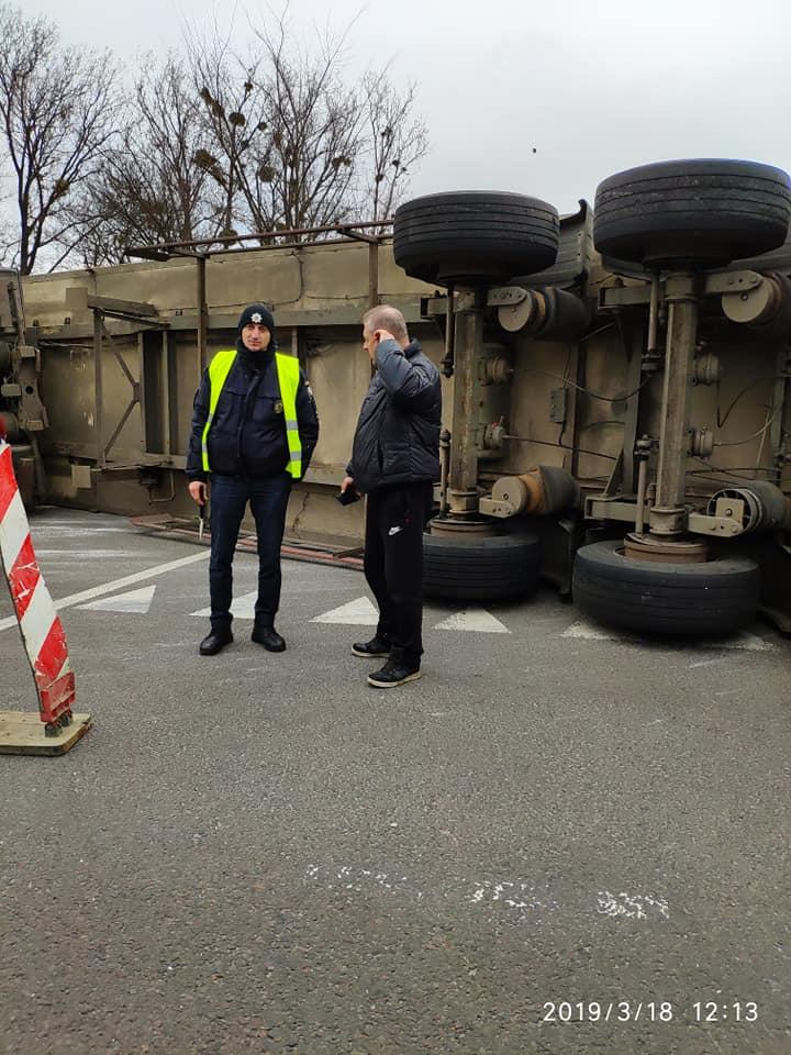 "На трассе ""Киев-Чоп"" перевернулась камион от фирмы ""Roshen"""