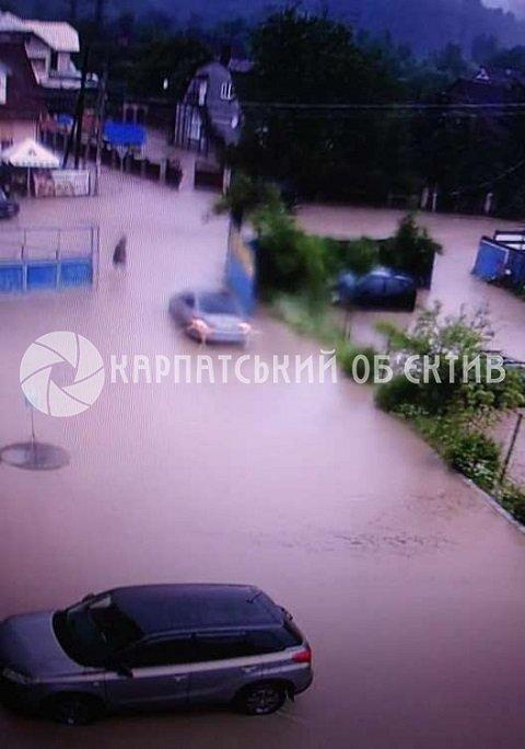 В Закарпатті річка, що вийшла з берегів, затопила місто
