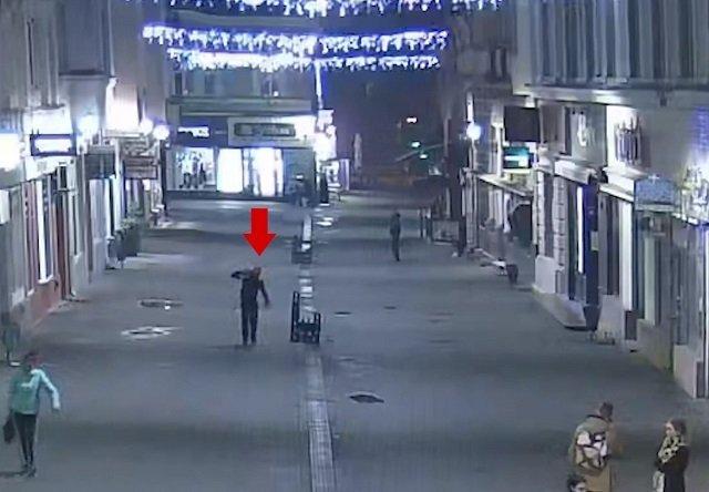 """В областном центре Закарпатья обнаглевший вор """"одолжил"""" решетку ливнеприемника: кадры опубликовали"""