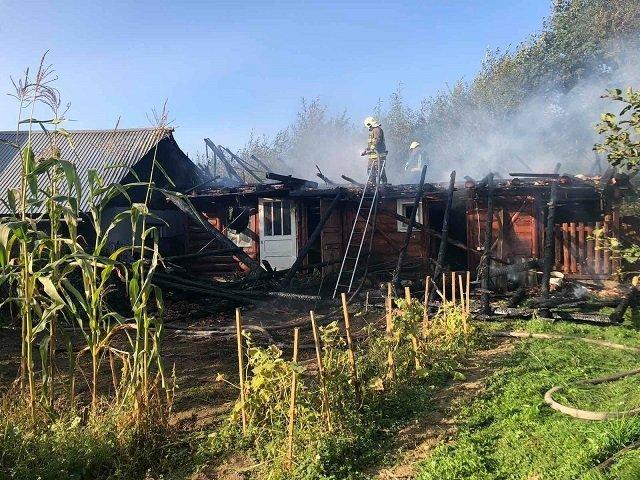 В Закарпатье из-за вспыхнувшего сарая едва не сгорел жилой дом