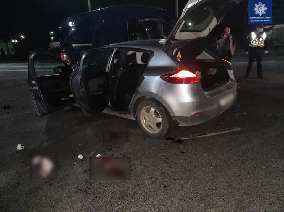 """Авария в Закарпатье: """"Шумахер"""" на Renalt протаранил Volkswagen, пострадавшего забрала скорая"""