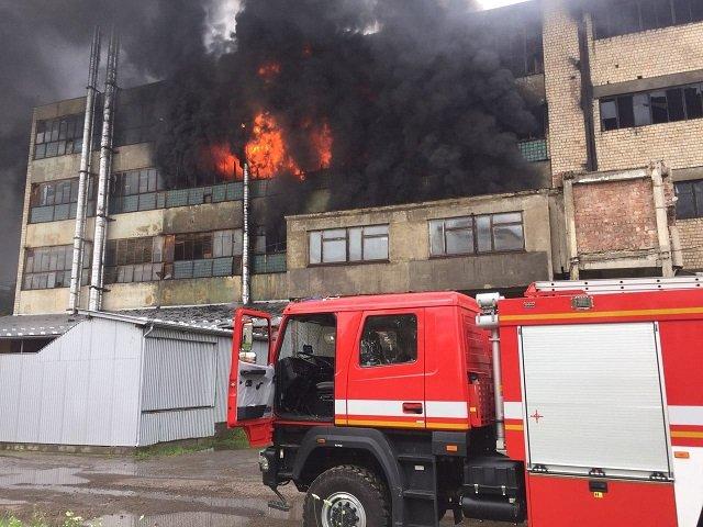 """Мощный пожар вспыхнул на фабрике в Черновцах: Десятки спасателей """"воюют"""" с огнем несколько часов"""