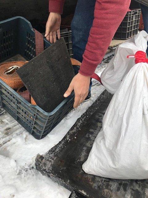 Контрабандист из Венгрии пытался провезти через границу в Закарпатье более 6 кг янтаря