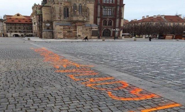 """Вчера вечером на Староместской площади в Праге кто-то сделал баллончиком надпись: """"ZA OBĚTI NESCHOPNÉ VLÁDY!"""""""