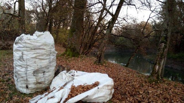 От увиденного становится жутко: В Закарпатье река Латорица утопает в мусоре