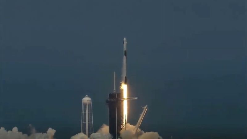 SpaceX Илона Маска впервые отправил астронавтов в космос на Crew Dragon