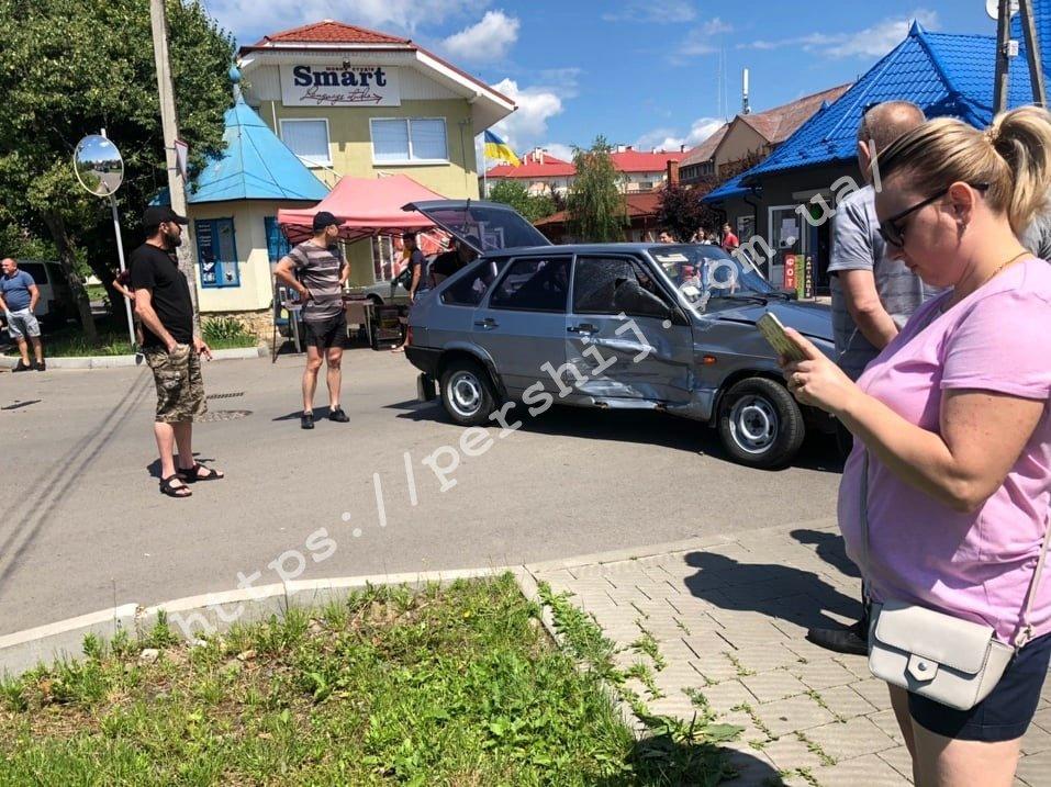 В Мукачево просто возле рынка столкнулись внедорожник и легковушка