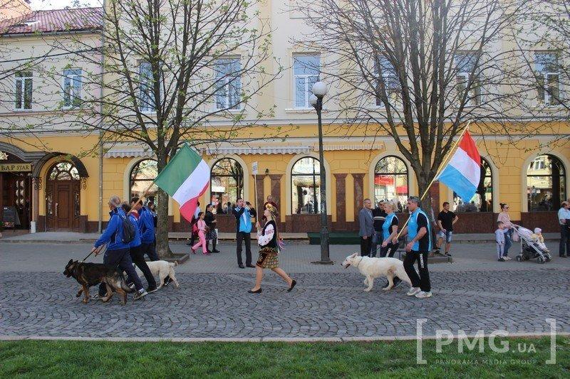 Спортсмены из 21 страны вместе с четвероногими партнёрами прошлись площадями