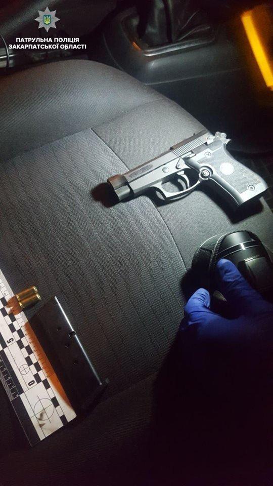 На Закарпатье человек с пистолетом, у которого был снят предохранитель, залез в такси