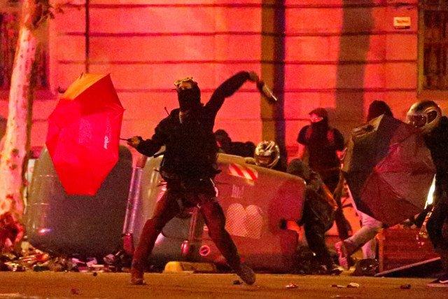 На улицы опасно выходить: Барселону захлестнул гнев жителей, протестам нет конца