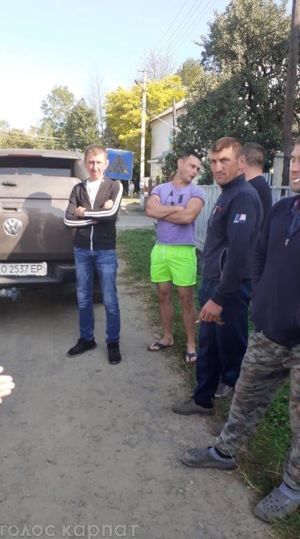 В Закарпатье нереально ужасное качество дорог заставило людей выйти на предупредительный протест