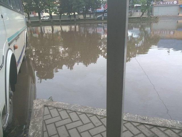 На автовокзале в Сваляве образовалось озеро