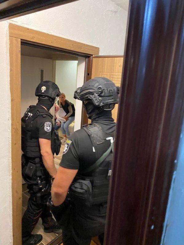 """""""Модерних"""" работорговців із виламуванням дверей затримали в Ужгороді"""