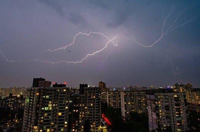Киев атаковали молнии