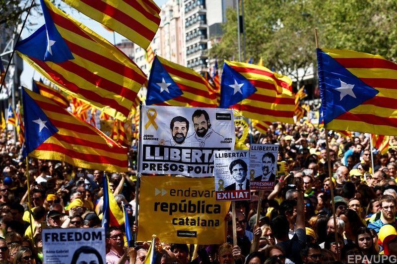 В Барселоне свыше 300 тыс. человек требовали освободить бывших каталонских лидеров
