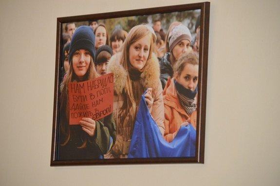В Закарпатской ОГА открыли экспозицию фото Революции Достоинства