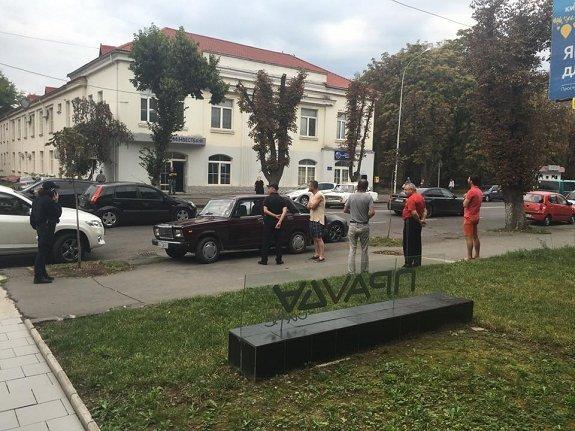"""В Ужгороде хозяин авто и """"вырубил"""" вора"""