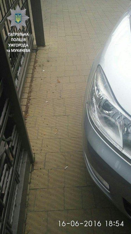 Skoda Octavia занимала почти всю часть тротуара