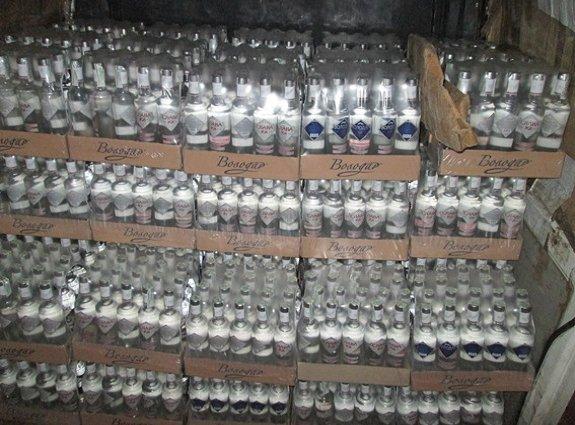 Хустские полицейские задержали авто запакованное водкой