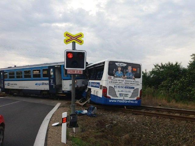 В Чехии на железнодорожном переезде произошло ДТП, поезд столкнулся с пассажирским автобусом
