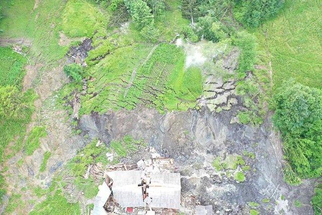 В Закарпатье из-за паводка и масштабного сдвига почвы дом переломился на две части