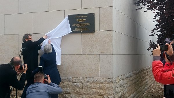 На фасаде университета установили мемориальную доску И.Удвори